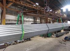 Levantamento de tubos com cintas de elevação de carga de poliéster
