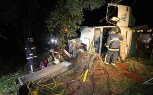 Veja a matéria completa em http://www.diariodoscampos.com.br/videos/2017/03/caminhoneiro-morre-em-acidente-na-siqueira-campos/2342938/. (Foto: Fábio Matavelli)