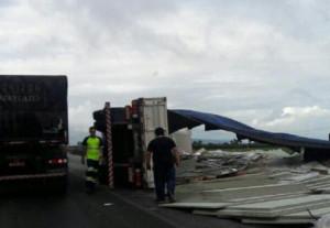 Veja a matéria completa em http://ndonline.com.br/florianopolis/noticias/br-101-tem-pista-bloqueada-apos-acidente-envolvendo-caminhao-entre-biguacu-e-tijucas